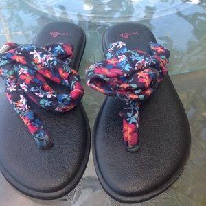 Sanuk black floral sandals size 4.5